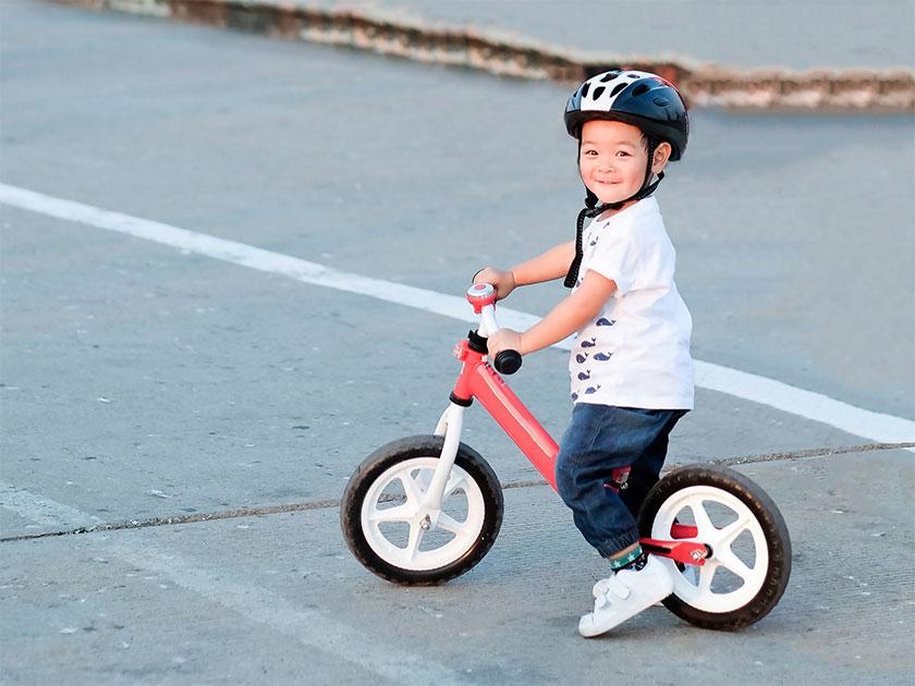 Dreng på løbecykel