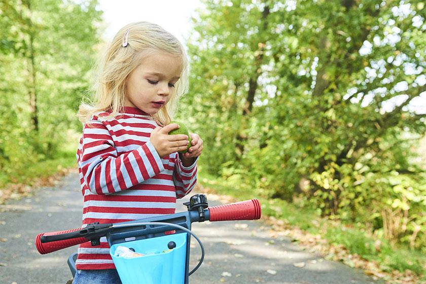 Pige på løbecykel
