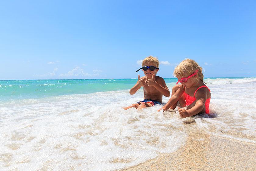 2 børn der leger i vandet